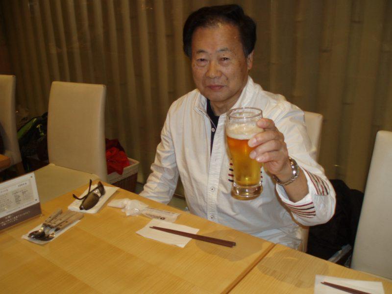 近くのレストランで乾杯!!